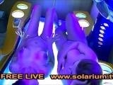 2 Geile Heiße Girls Zusammen Im Öffentlichen Solarium Auf Der Sonnenbank